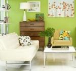 Novamente o verde forte com cores neutras na decoração para compensar