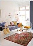 Sala toda branca com decoração colorida